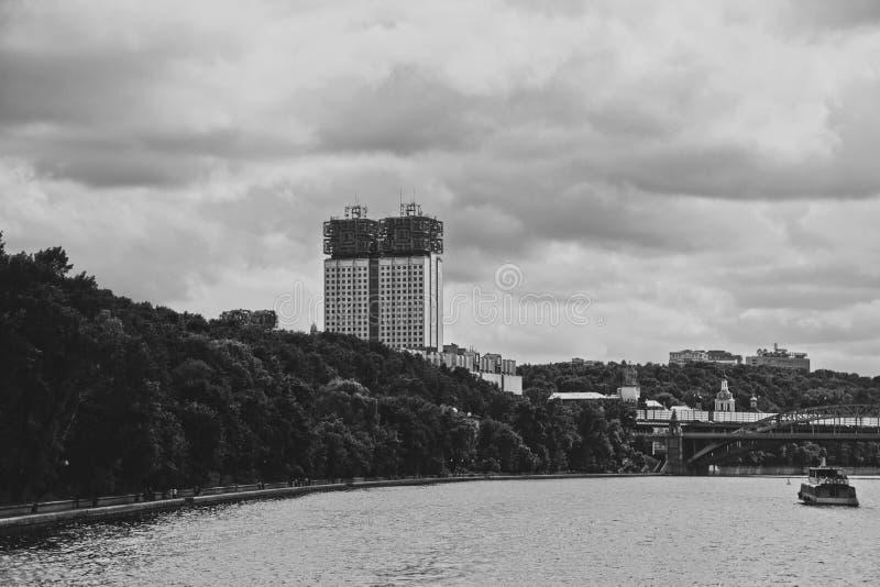 Presidium av den ryska akademin av vetenskaper i Moskva- och Andreevskiy bro på Moskvafloden moscow russia arkivfoton