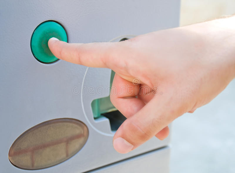 Presionado a mano masculino un botón verde. imagenes de archivo