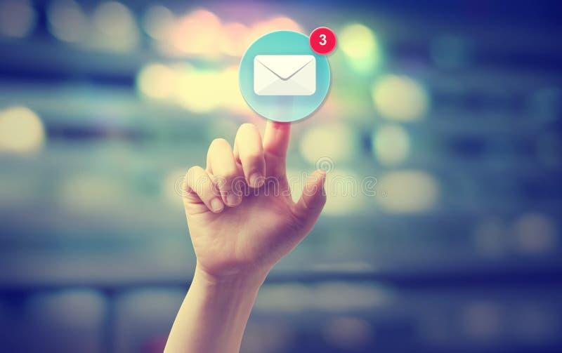 Presionado a mano un icono del correo electrónico imágenes de archivo libres de regalías