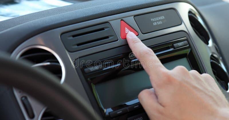 Presionar el botón de los pilotos de la emergencia foto de archivo