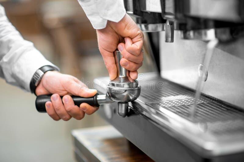 Presionar el café en el tenedor de la máquina imágenes de archivo libres de regalías
