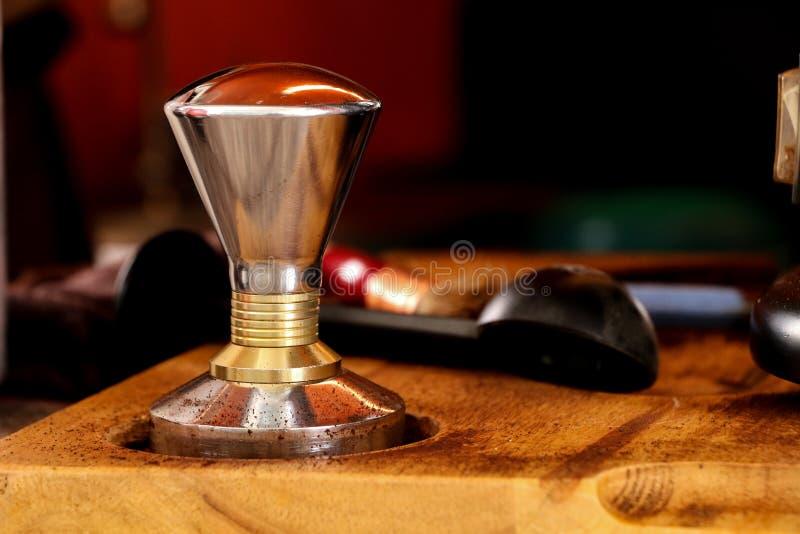 Presionar el café molido con el pisón fotos de archivo libres de regalías