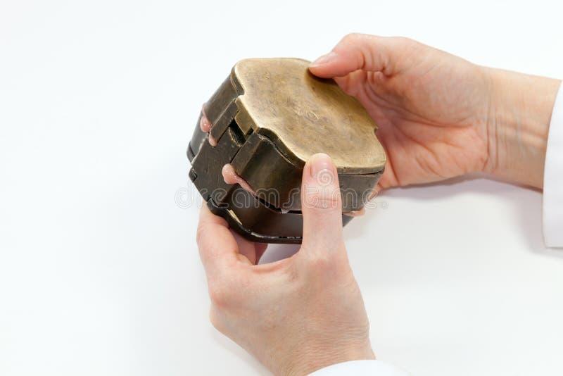 Presionar la forma negativa del yeso del oído con el silicón imágenes de archivo libres de regalías
