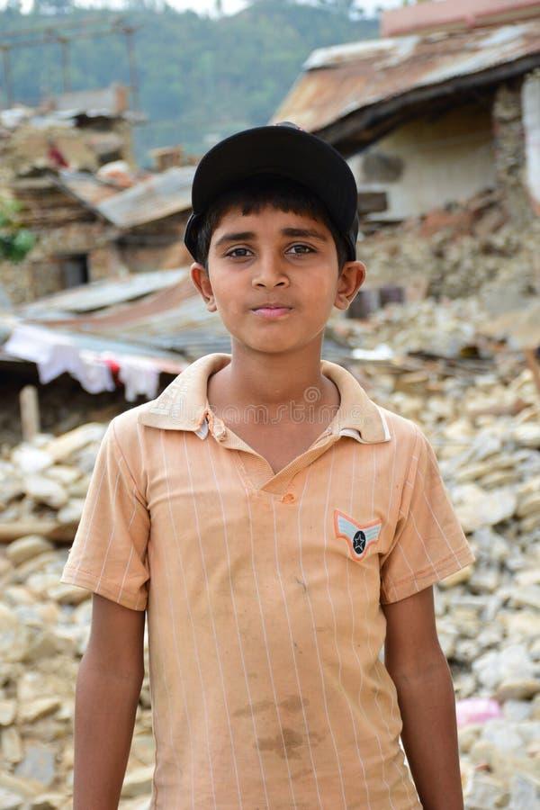 Presione al muchacho después de desastre del terremoto imagen de archivo libre de regalías