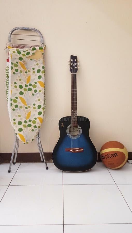 Presione el baloncesto de la guitarra imagen de archivo libre de regalías