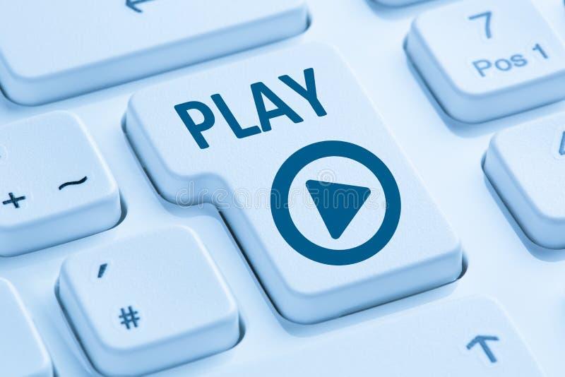 Presione el ordenador azul k de Internet de la película de la música del botón de reproducción que escucha fotos de archivo libres de regalías
