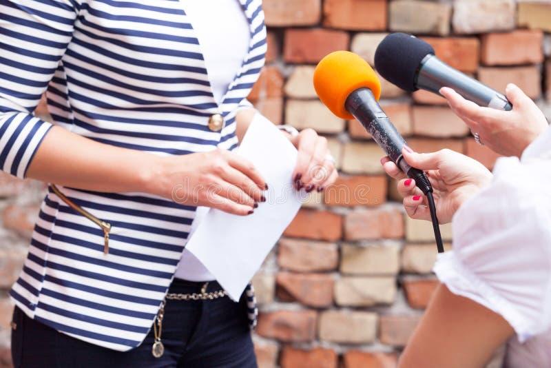 Presione la entrevista Rueda de prensa micrófonos imagen de archivo libre de regalías