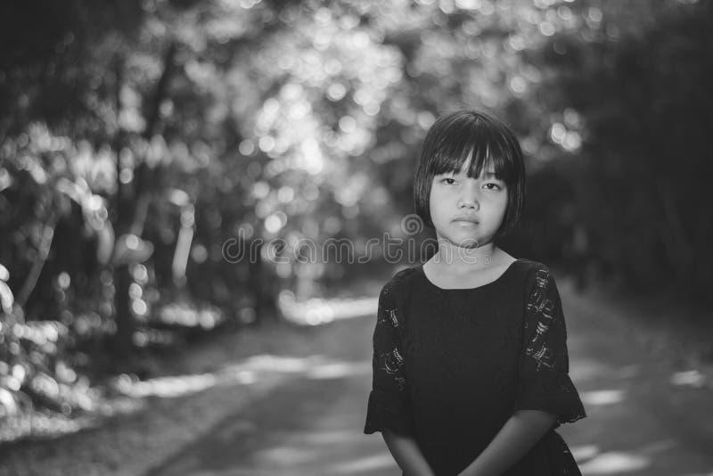 Presione y muchacha desesperada que se coloca al aire libre fotografía de archivo