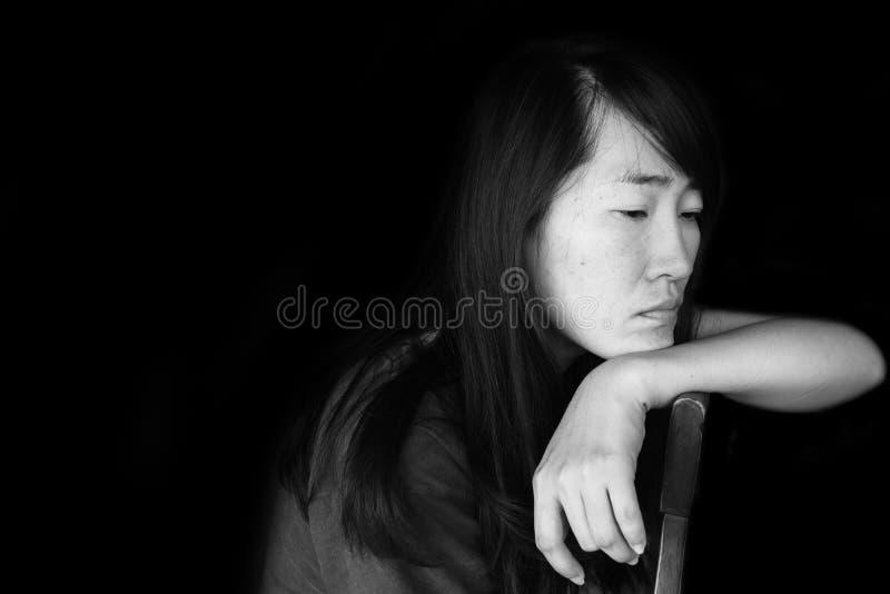 Presione y mujer desesperada que se sienta en silla fotografía de archivo libre de regalías