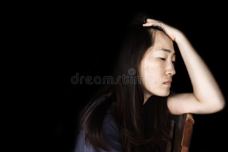 Presione y mujer desesperada que se sienta en silla fotos de archivo libres de regalías