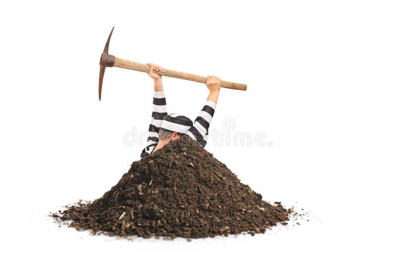 Preso masculino que cava un agujero y que intenta escaparse