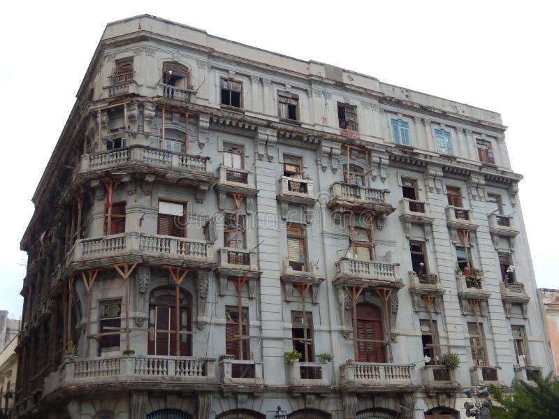 PRESQUE CONSTRUISANT POUR S'EFFONDRER, LA HAVANE, CUBA image stock