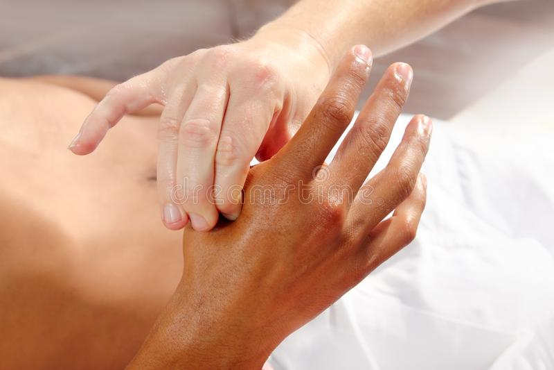 A pressão de Digitas entrega a terapia da massagem do reflexology foto de stock