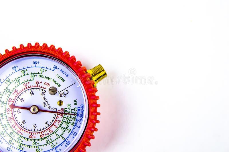 A pressão de gás de medição do manômetro para o reparo dos refrigeradores fotografia de stock