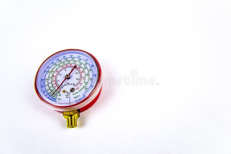 A pressão de gás de medição do manômetro para o reparo dos refrigeradores imagens de stock royalty free