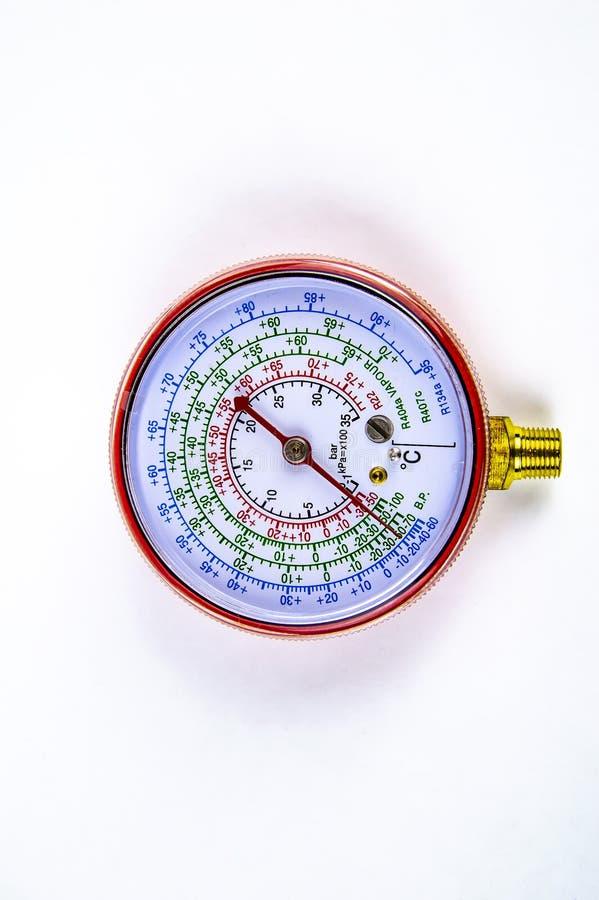 A pressão de gás de medição do manômetro para o reparo dos refrigeradores fotos de stock