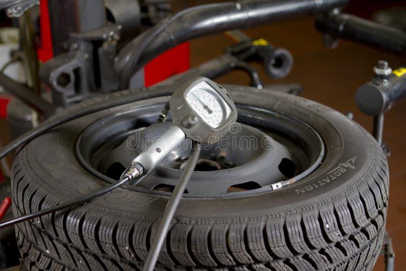 Pressão de pneumático do carro imagens de stock