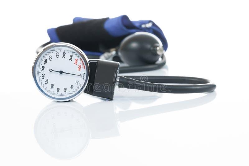 Pressão sanguínea que mede o equipamento médico no fundo branco - um tonometer imagens de stock