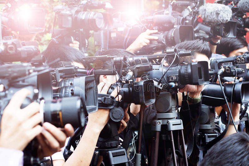 Press och massmediakamera, tjänstgörande offentligt nytt för video fotograf arkivbild