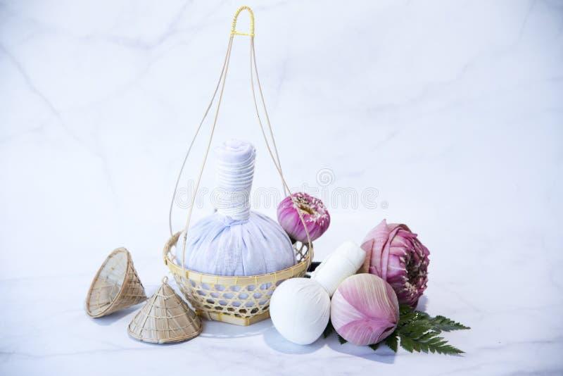 Pressa bollen, brunnsortmassagen, växt- kompressboll med samman, Lotus Flower - skönhetbegreppet, brunnsorttemaobjekt på vit bakg royaltyfria bilder