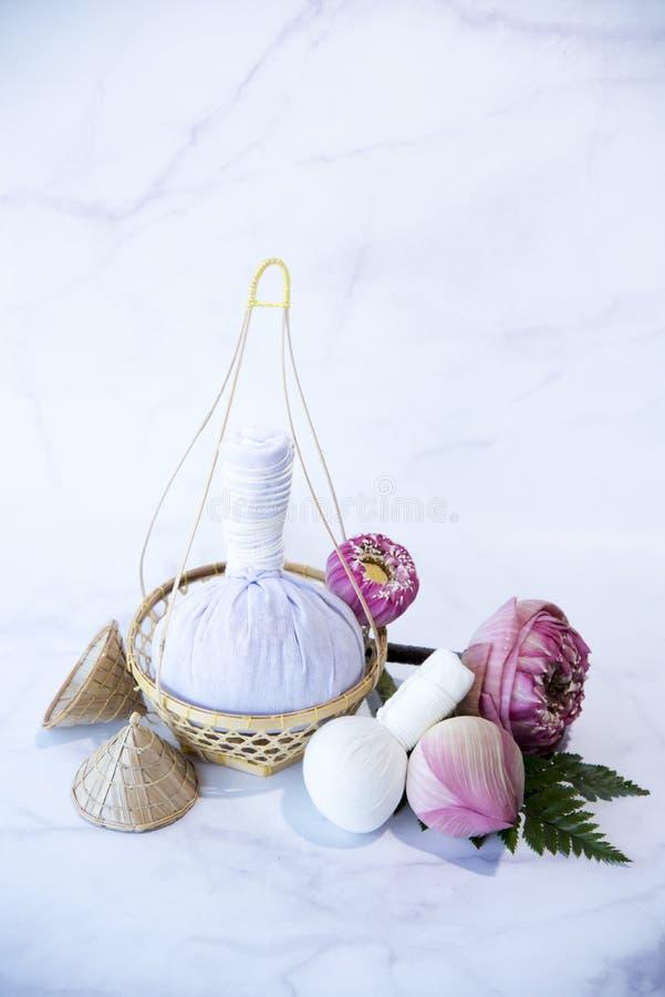 Pressa bollen, brunnsortmassagen, växt- kompressboll med samman, Lotus Flower - skönhetbegreppet, brunnsorttemaobjekt på vit bakg fotografering för bildbyråer