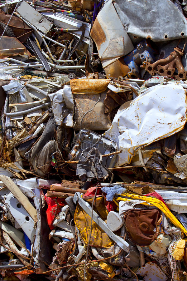 pressad samman järnmetall återanvänder rest till arkivfoton