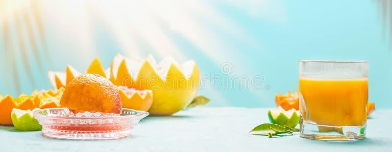 Pressade nytt blandad citrusfruktfruktsaft på tabellen på bakgrund för den soliga dagen Förnyande hemlagade frukostdrycker vitami arkivbilder