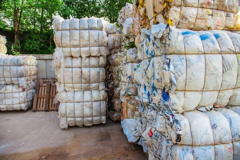 Pressande packar med avfalls royaltyfri fotografi
