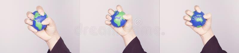 Pressande samman planetjord för hand Kontinenter för varianter allra arkivfoton