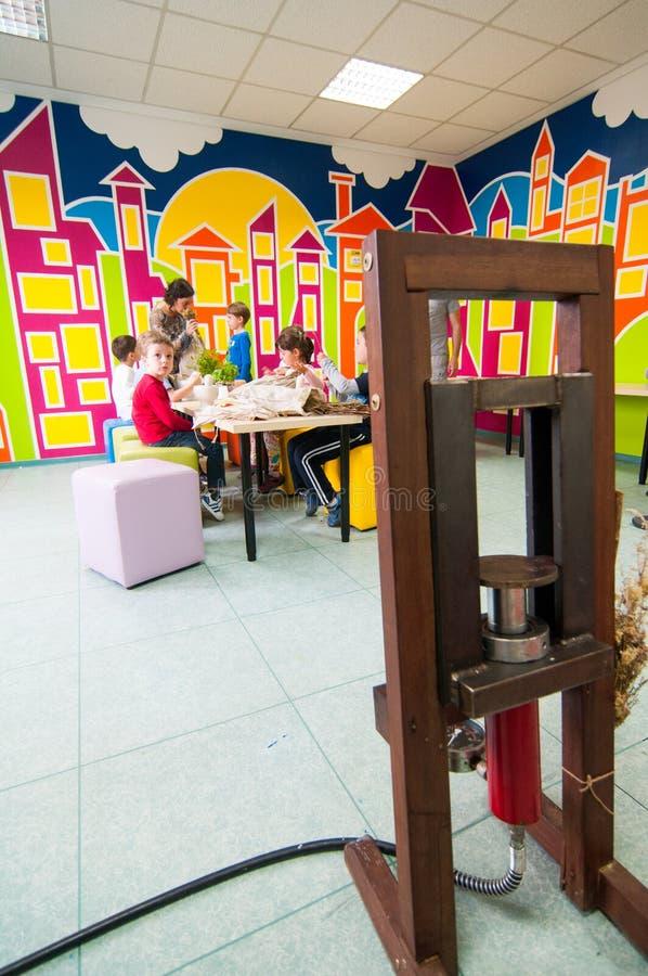 Presse et enfants d'huile se renseignant sur des usines à un atelier photos libres de droits