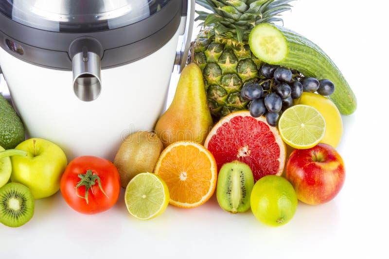 Presse-fruits électrique avec des fruits et légumes images stock