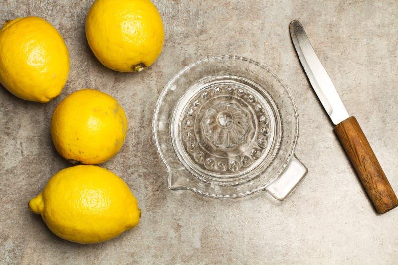 Presse-fruits de citron et en verre photos libres de droits