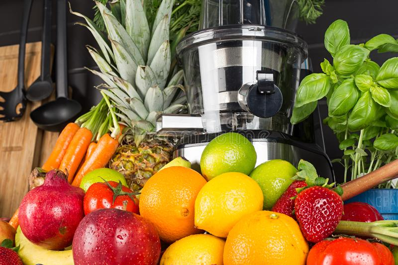 Presse-fruits lent dans la cuisine avec des beaucoup fond sain de concept de mode de vie de jus de fruits et légumes image libre de droits