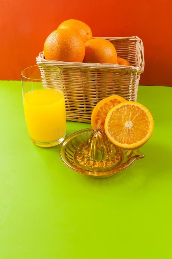 Presse-fruits manuel avec l'orange de panier images stock