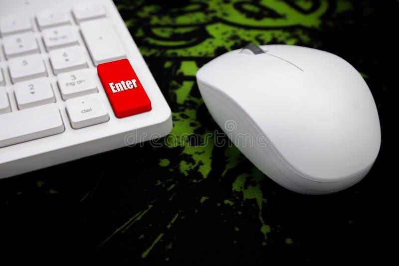 Presse kommen den Knopf, der auf der weißen Tastatur mit weißem Berg rot ist lizenzfreie stockfotos