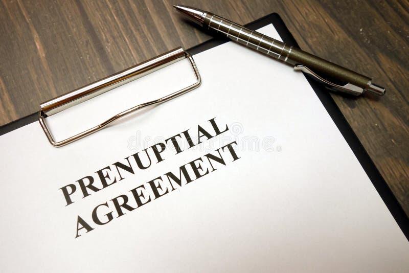 Presse-papiers avec l'accord prénuptial et stylo sur le bureau photographie stock libre de droits