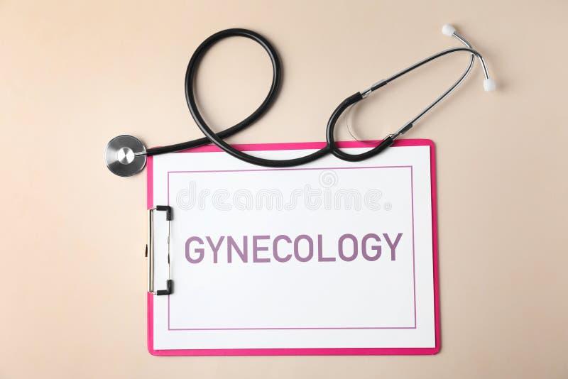 Presse-papiers avec la gynécologie de mot et stéthoscope sur le fond de couleur photos stock