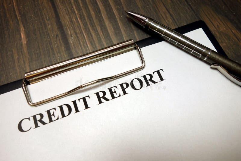 Presse-papiers avec la maquette de rapport de crédit et stylo sur le bureau photo stock