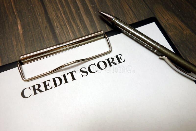 Presse-papiers avec la maquette de score de crédit et stylo sur le bureau photographie stock