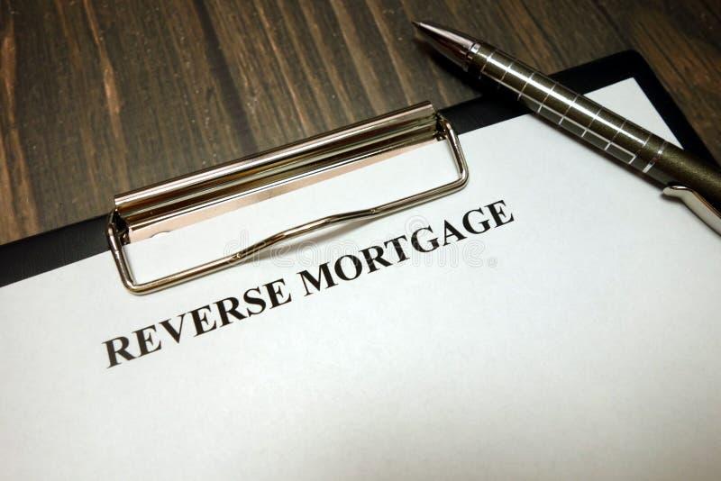 Presse-papiers avec la maquette inverse d'hypothèque et stylo sur le bureau photographie stock
