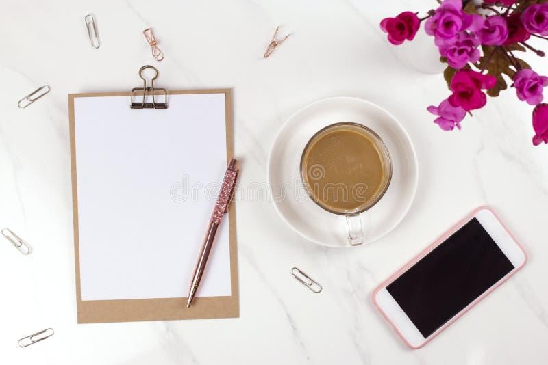 Presse-papiers de Brown avec le livre blanc vide, stylo, café, smartphone images libres de droits