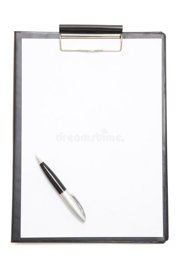 Presse-papiers noir avec la feuille de papier blanc et stylo d'isolement sur le blanc photo libre de droits