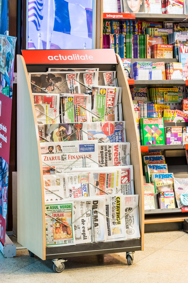 Presse und Zeitschriften im Zeitungskiosk lizenzfreie stockfotografie