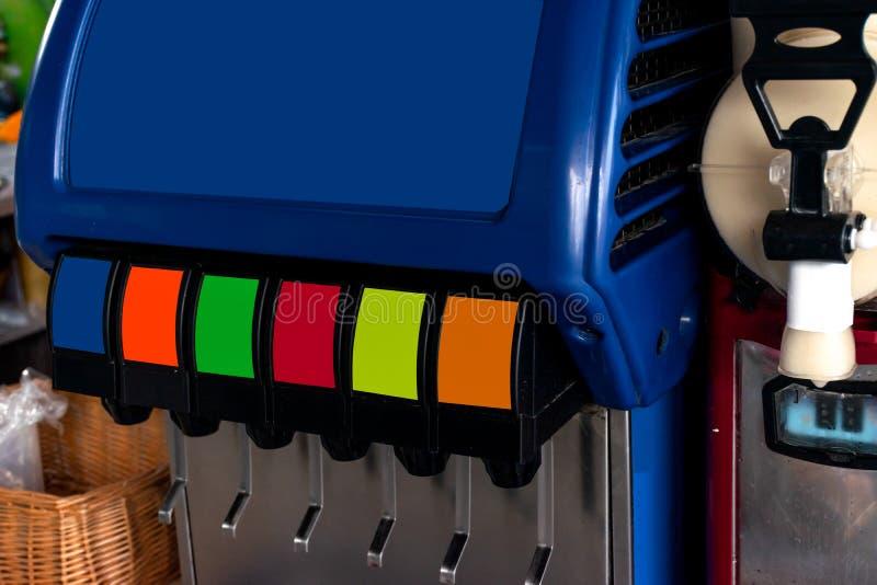Pressemaschine des alkoholfreien Getränkes mit vielen Aromen lizenzfreie stockfotografie