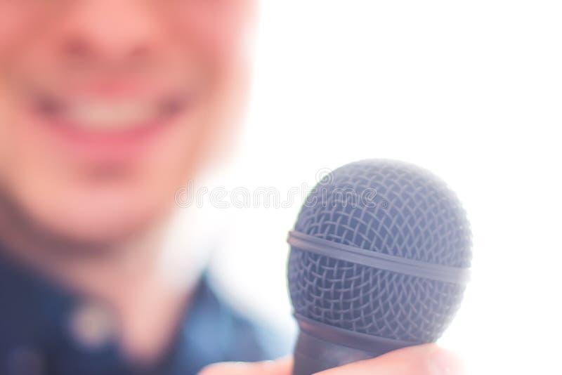 Pressereferent spricht in ein Mikrofon und gibt ein Interview stockbilder