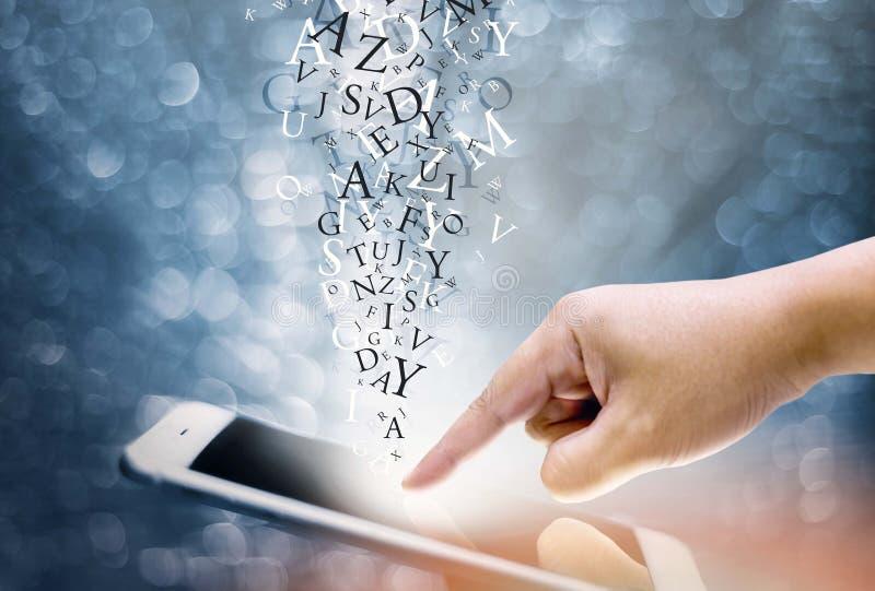 Presses de main sur le handphone numérique d'écran images libres de droits
