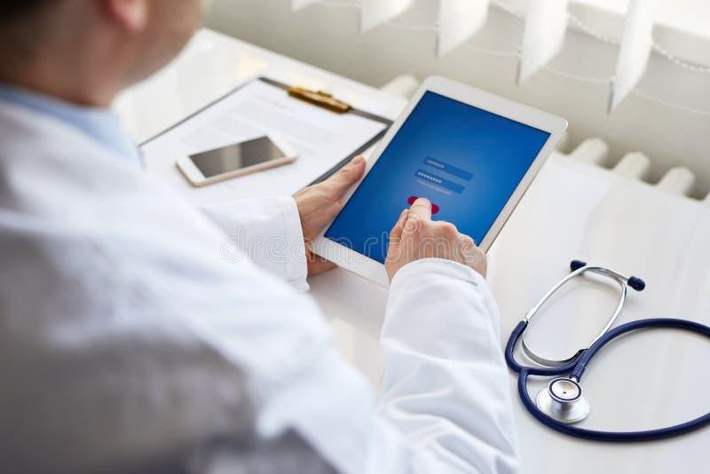 Presses masculines de docteur sur le comprimé numérique image libre de droits