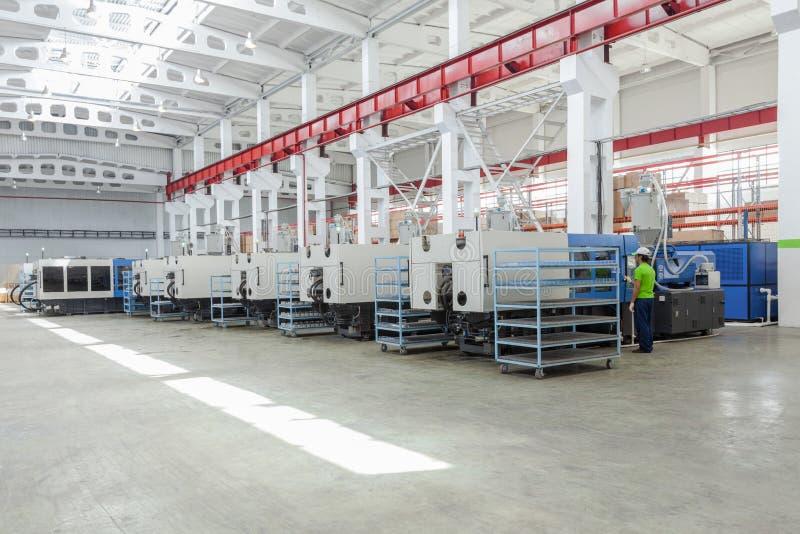 Pressez la machine de moule dans l'usine photographie stock libre de droits