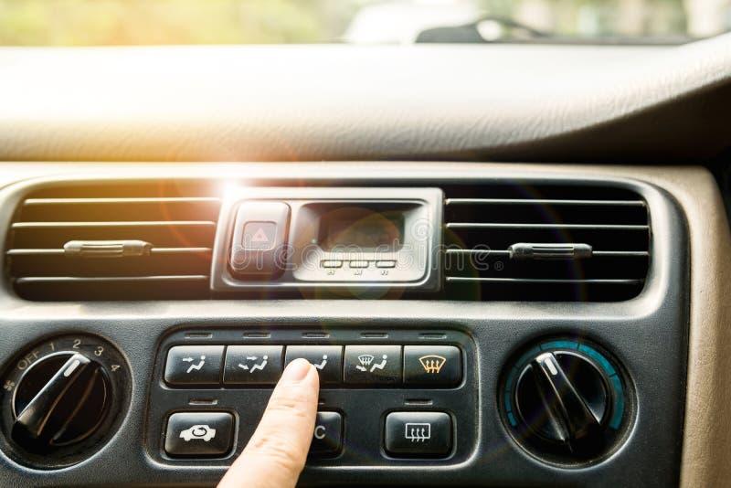 Pressez le panneau de commande pour l'air à l'intérieur de la voiture photos stock