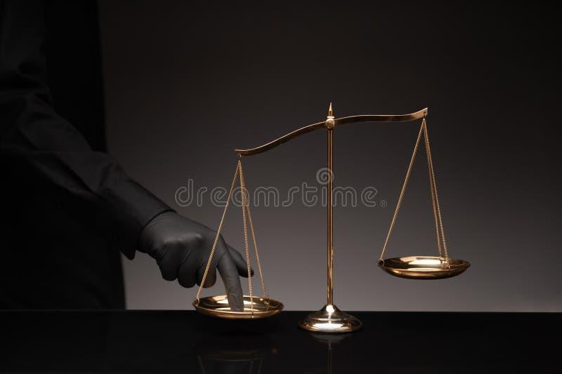 Pressing d'homme sur l'échelle d'équilibre image stock